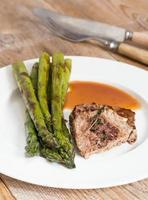 grüner Spargel mit Rindersteak und Sauce foto