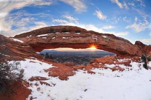 Sonnenaufgang am Mesa Arch im Winter