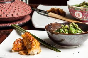 Spargel-Sesam-Salat und Knödel mit japanischer Teekanne