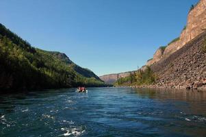 Katamarane im Fluss Kyzyl-Khem Canyon. foto