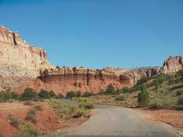gekräuselte Straße in der Wüste foto