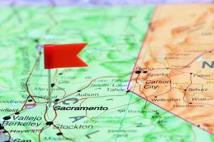 Sakramento auf einer Karte von USA festgesteckt foto