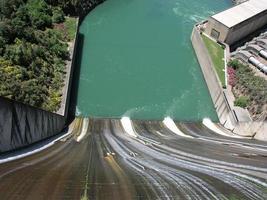 Blick von der Spitze des Dammüberlaufs auf das Wasser foto