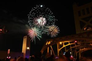 Feuerwerk und Menschenmenge foto
