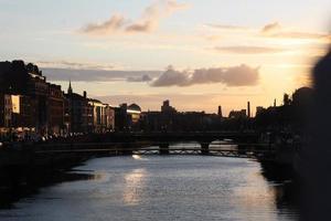 Sonnenuntergang über dem Fluss foto