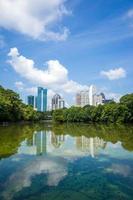 Skyline und Reflexionen von Midtown Atlanta, Georgia foto