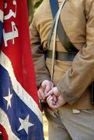 konföderierter Soldat mit Flagge foto