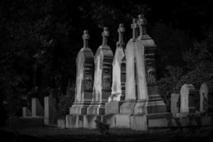 Linie von Grabsteinen mit Kreuzen foto