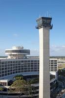 Turmkontrolle und Hotel