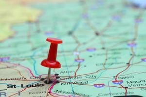 St. Louis steckte auf einer Karte von USA foto