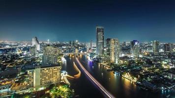 Bangkok, die Stadt des Flusses in der Nacht (Chaophraya River, Thailand) foto