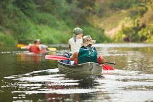 Leute, die auf dem Fluss Boot fahren
