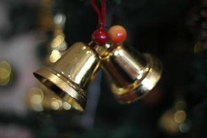 Glöckchen und Weihnachtsdekoration foto