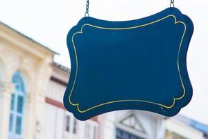 leeres Schild mit sino portugiesischem Gebäudehintergrund