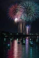 Feuerwerk über dem Fluss foto