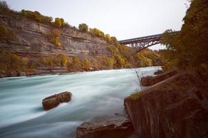 Blick auf die Niagaraschlucht unterhalb der Niagarafälle, Ontario, Kanada foto
