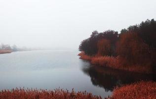 Herbstlandschaft mit Fluss.