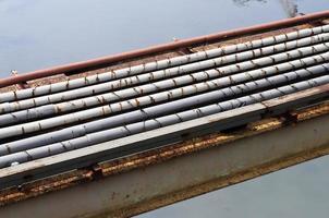 Pipeline über einen Fluss foto