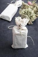 handgefertigte Geschenke auf rustikalem Hintergrund foto
