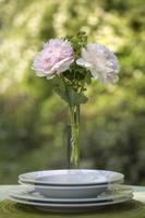 romantisches Gedeck mit rosa Pfingstrosen foto
