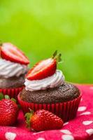 Paläo-Kokos-Schokoladen-Cupcakes mit Erdbeeren foto