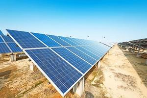Sonnenkollektoren gegen blauen Himmel