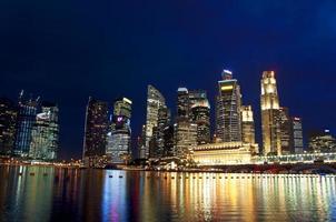 Nachts das zentrale Geschäftsviertel von Singapur