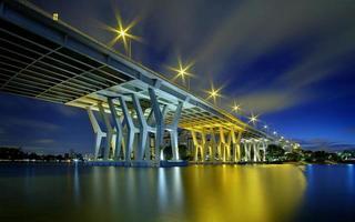 Brücke in der Nacht foto