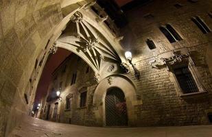 Carrer del Bisbe in der Nacht