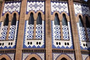 Fassade der monumentalen Stierkampfarena in Barcelona foto