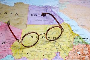 Brille auf einer Karte - Sudan foto