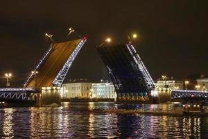 die palastbrücke in st petersburg russland foto