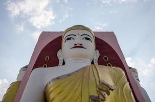 großer buddha in bago myanmar foto