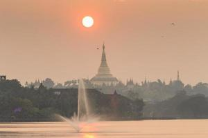 Abenddämmerungsatmosphäre in der Shwedagon-Pagode in Yangon, Myanmar foto