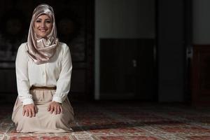 Porträt der jungen muslimischen Frau