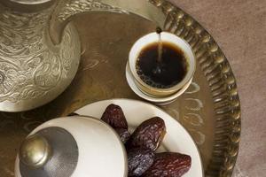 Kaffee und Datteln foto