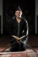 Porträt des jungen muslimischen Mannes