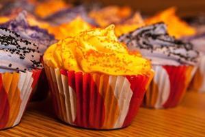 Halloween orange und schwarze Cupcakes foto