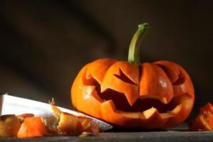 Schnitzen einer Halloween-Laterne foto
