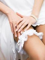 Strumpfband am Bein einer Braut foto
