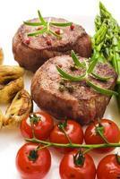 Gegrilltes Rindersteakfleisch mit Gemüse grillen foto