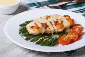 Gegrilltes Hähnchenfilet mit Spargel und Sauce foto