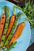 buntes gesundes Frühlingsgericht mit gegrillten Karotten und Spargel foto