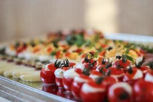 vorspeisenbüfett mit gekauf tomaten foto