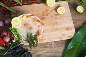 Nudel mit Zitronentomaten und Spargel foto