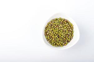 grüne Mungobohnen in Schüssel foto