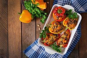Gefüllte Paprika mit Reis, Bohnen und Kürbis foto