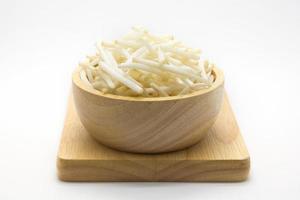 frische Sojasprossen auf Holzteller foto