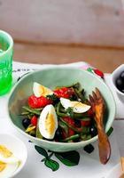 Salat aus grünen Bohnen mit Oliven und Ei