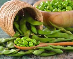 grüne Sojabohnen im Korb auf dem Tisch foto